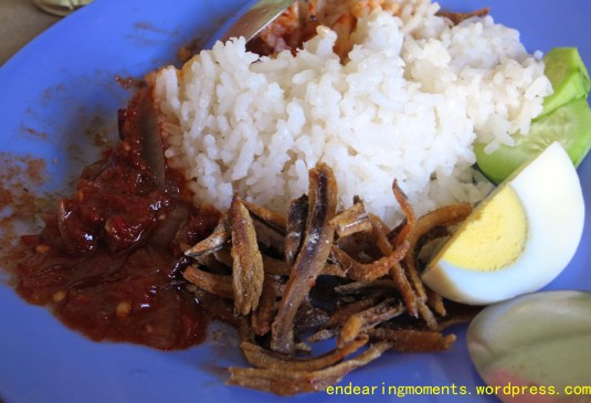 Crispy anchovies,zesty sambal,sweet and creamy rice,refreshing cucumber slices-the perfect Nasi Lemak!